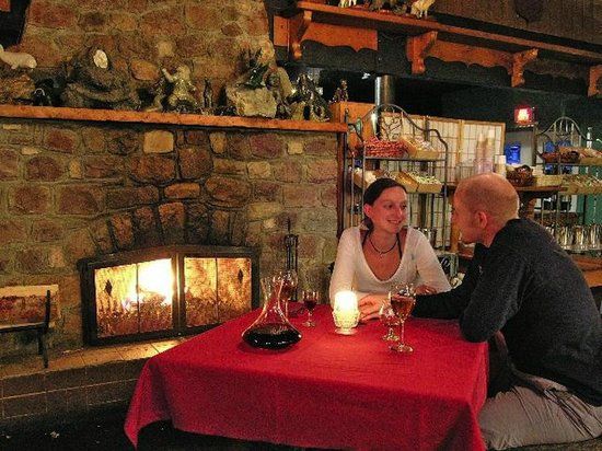 Sunwapta Falls Restaurant: Fireside with wine!