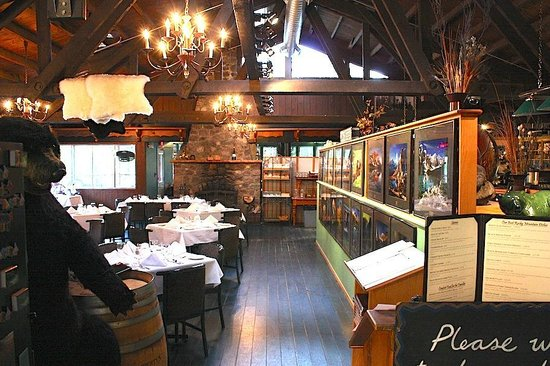 Sunwapta Falls Restaurant : The main dining area has gorgeous photos and a real fireplace with views of the mountains