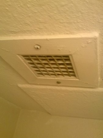 Days Inn & Suites Huntsville: Dirty bathroom vent