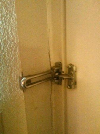 Days Inn & Suites Huntsville: Split door jam for room security