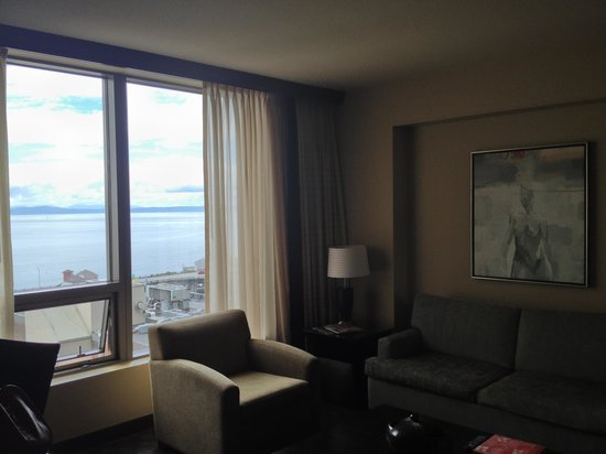 Loews Hotel 1000, Seattle: sitting area with view of water