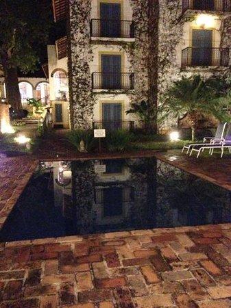 Vila Bueno Pousada : piscina a noite. hotel xique!!!
