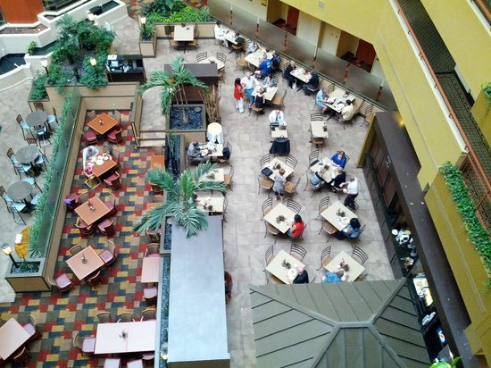 Embassy Suites by Hilton Baltimore BWI - Washington Intl. Airport: Looking down on the breakfast area / restaurant from just outside our room on the 5th floor