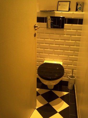 Hotel Sainte Beuve: Room 3 toilet door as far at it opens