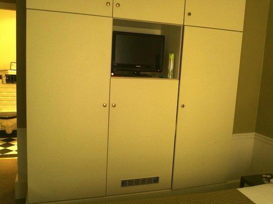 Hotel Sainte Beuve: Room 3 closets, mini bar and TV