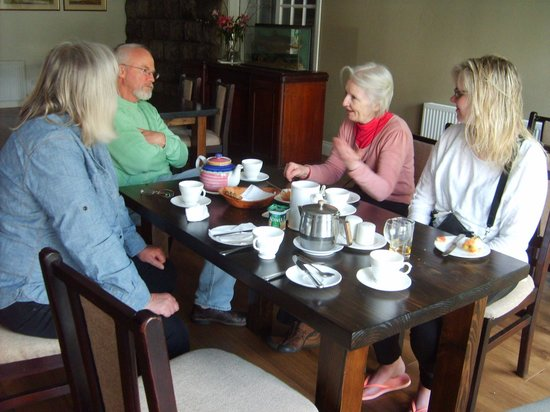 Lydons Lodge Hotel: after-breakfast chat with out host