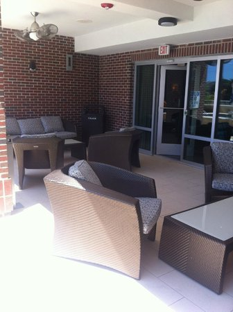 Holiday Inn Charleston Historic Downtown: Lounge area by pool