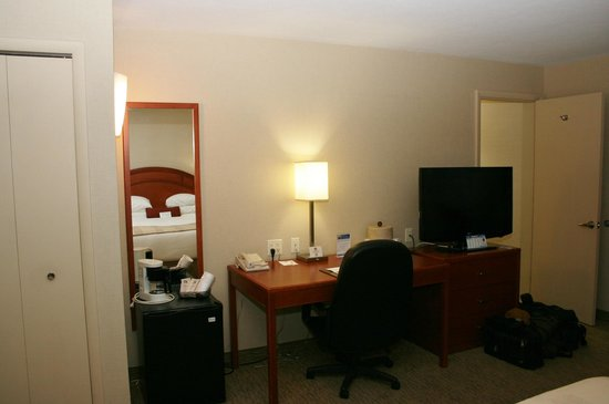 BEST WESTERN Inn & Conference Center: Desk / TV area