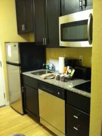 TownePlace Suites by Marriott Saginaw : Kitchen/entrance area of single room with king bed.