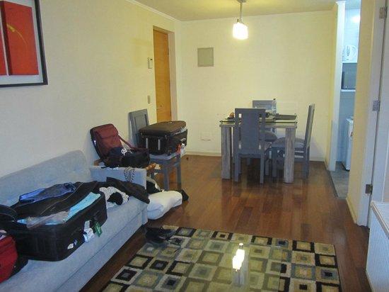 Agustina Suite: A sala com mesinha era de bom tamanho.