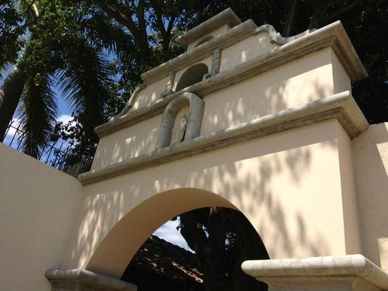 Hotel Los Robles: arch above entry to pool and outdoor yard