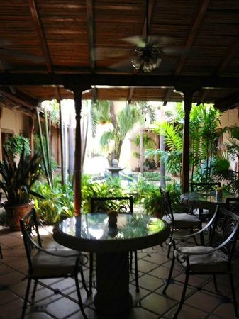 Hotel Los Robles: Interior courtyard, with dining area