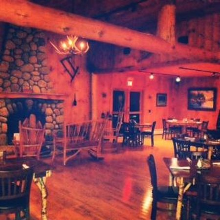 Schroon Lake, NY: Sticks & Stones Dining Room & Fireplace