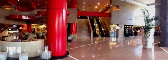 هيلتون جوادالاخارا: Hall y acceso al Centro de Convenciones del hotel.