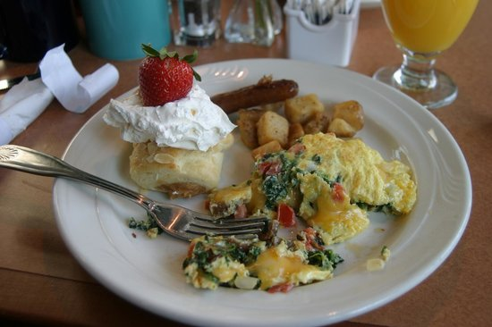 Holiday Inn & Suites North Beach: yummy made to order omeletes and waffles...