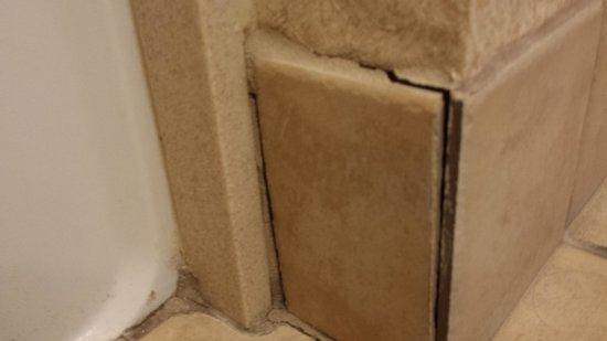 Hampton Inn Fort Stockton: closer look, mold/mildew problem waiting to happen