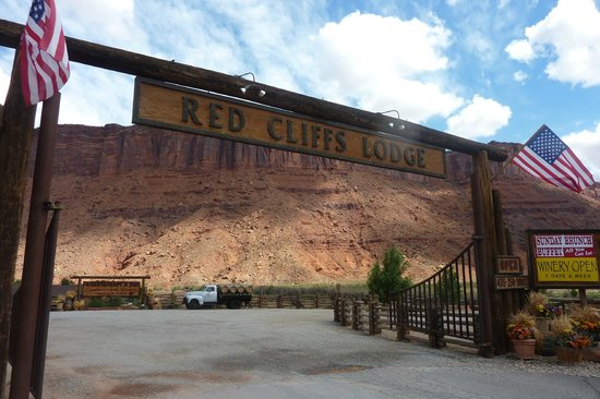 Red Cliffs Lodge: entrance to Red Cliffs