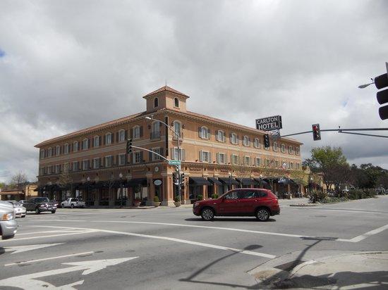 The Carlton Hotel: Roadside view