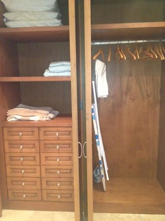Alegranza: closet with lots of draws and shelves
