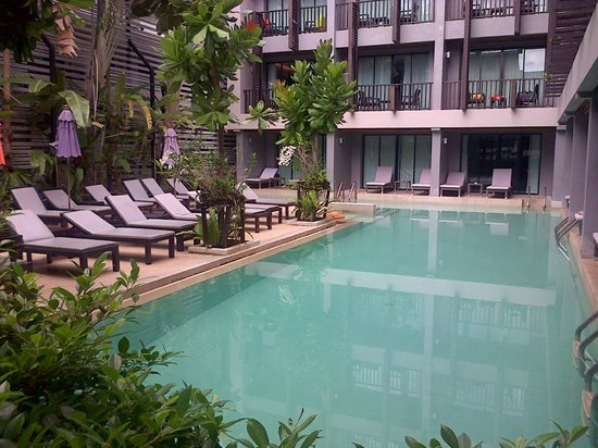 Aree Tara Resort: Ground view of the pool and sun deck