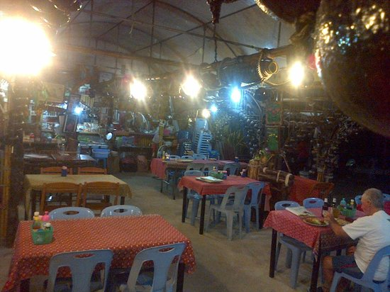 Aree Tara Resort: Restaurant down the road