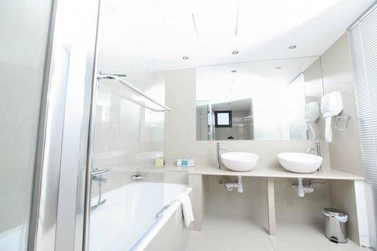 Pernera, Chipre: Suite Bathroom