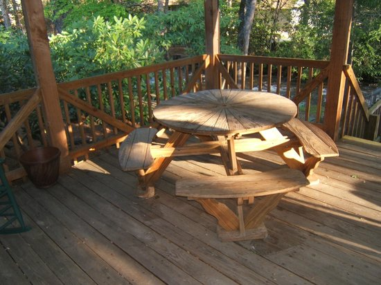 Jonathan Creek Inn and Villas: GAZEBO TABLE