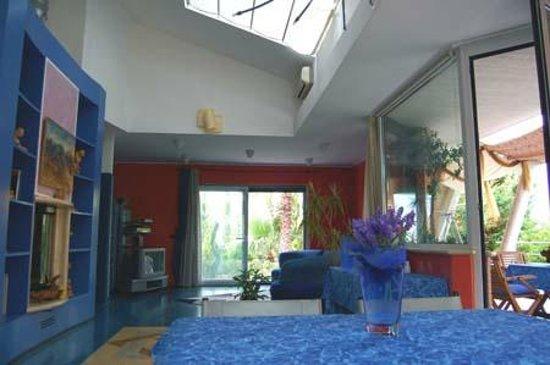 Salone di Villa Inclinata, sede di mostre d'arte temporanee.