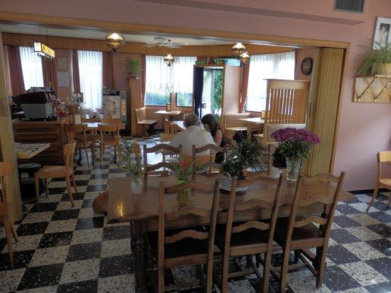 Le Grillon : The charming inside of Grillon, gemütliches Walliser Cafe, interieur sympathique