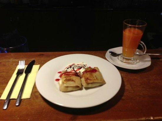 Vecmeita Ar Kaki: Sweet pancakes with apples