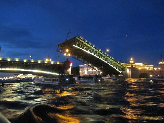 Anglo Tourismo Boat and Walking Tours : The opening of the Trinity Bridge