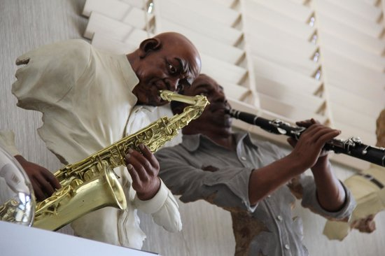 Jazz Hotel: Figurine collection in the breakfast space