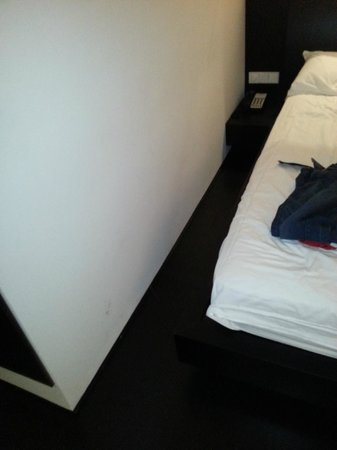 COMO Metropolitan Bangkok: Gap between bed and wall - bedframe in normal light