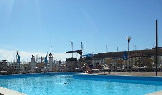 Hotel Miramare: Una rondine in piscina