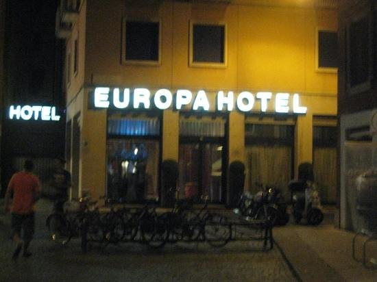 Hotel Europa: Front of hotel at night