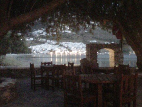 Lakki Village: tavoli della colazione sul mare e vista notturna di Aegeali