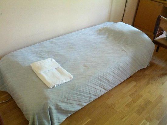 Hotel Restaurant Nurmeshovi: вот такая кроватка...