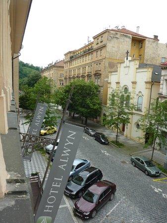 Alwyn : Blick vom Zimmer auf die Straße und Parkplätze