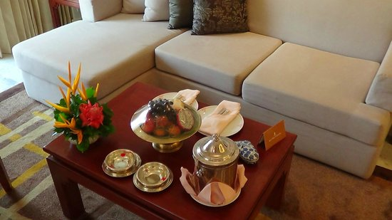 Royal Wing Suites & Spa: Welcome fruit and chocolates