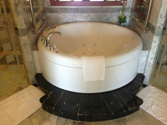 Royal Wing Suites & Spa: Jacuzzi tub in bathroom