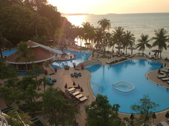 Royal Wing Suites & Spa: Stunning pool area at sunset