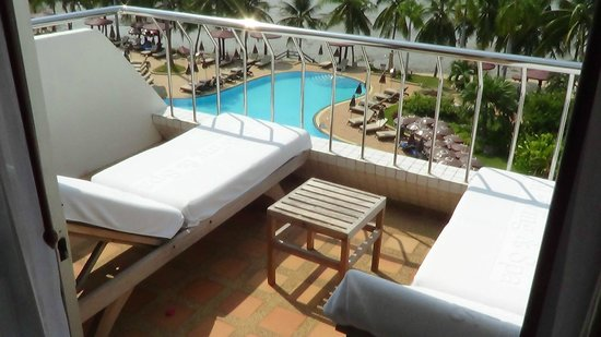Royal Wing Suites & Spa: Private balcony with sun lounge