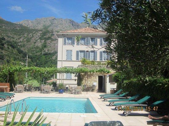 Hotel Mare e Monti: Piscine et vue de la maison