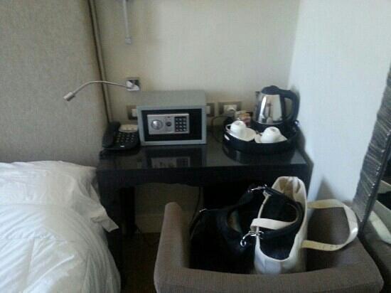 Hotel Clitunno: Stanza 128 - tavolino