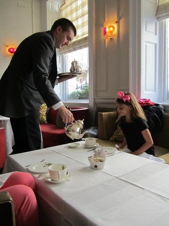 Brown's Hotel: Pouring a cup of tea