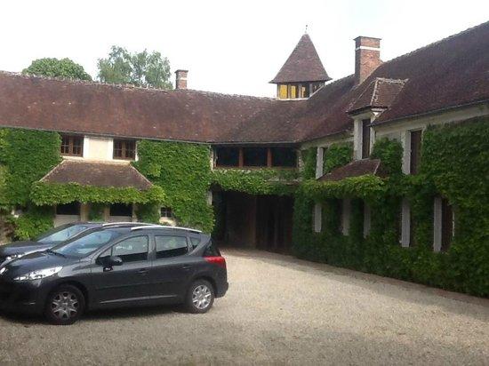 La Bichonniere Chambres d'Hotes : the entrance and car park