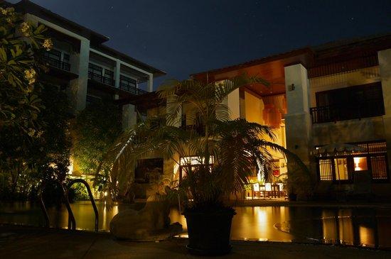 เลอ เมอรายา รีสอร์ท: Ночью вид отеля у бассейна