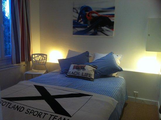 La Villa Argos : Chambre Mini Derby avec son lit de160/200 ou ses deux lits de 80/200. Un lit bébé pourra égaleme