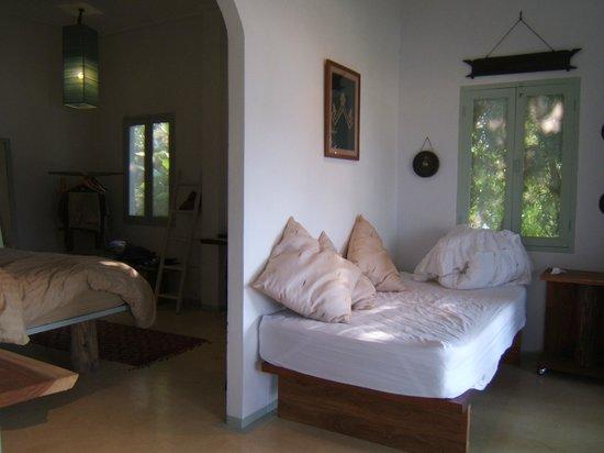 Mekong Villa by Ock Pop Tok: テラスに面した前室にお昼寝ベットがある