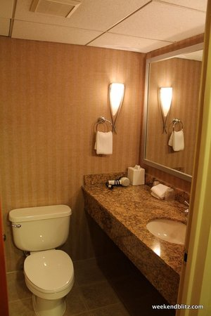 Four Points by Sheraton Charlotte : The bathroom was clean and looked freshly remodeled